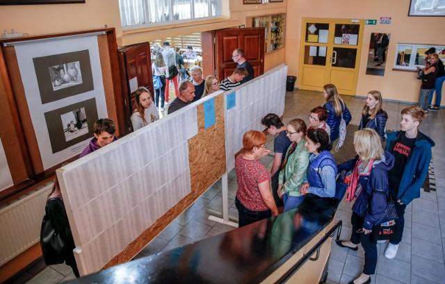 Po pierwszym naborze do szkół średnich aż 3410 absolwentów podstawówek i gimnazjów nie dostało się do żadnej szkoły w Poznaniu. Ci uczniowie mają jeszcze szanse na zakwalifikowanie się do liceum, technikum lub szkoły zawodowej w rekrutacji uzupełniającej, która potrwa do 21 sierpnia. To jednak nie oznacza, że miejsca znajdą się dla wszystkich kandydatów.