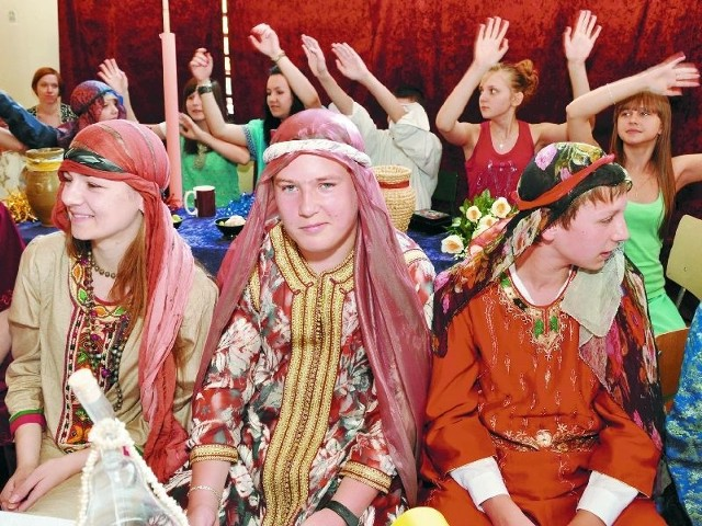 Uwagę publiczności zwracała scenografia zaprojektowana przez szkolnego plastyka Włodzimierza Tyca oraz stroje nawiązujące do starożytnych, a zakupione w normalnych sklepach z używaną odzieżą