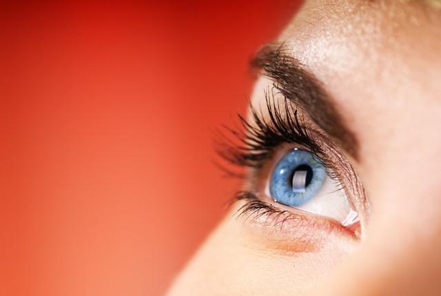 Przyczyny bólu oka mogą być różne i związane nie tylko z narządem wzroku. Wpływ na ból oczu mogą mieć również sąsiadujące z nimi struktury, np. zatoki.