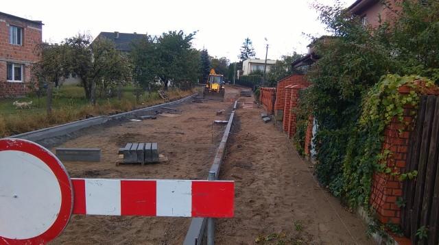 Na odcinku około 350 metrów ulicy Szymanowskiego w Unisławiu robotnicy ułożą kostkę betonową.