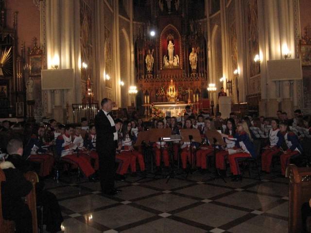 Koncert Młodzieżowej Orkiestry Dętej Grandioso w radomskiej katedrze.