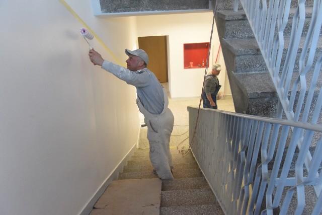 Podczas wakacji w placówkach oświatowych przeprowadzane są poważne prace inwestycyjne, ale też drobne remonty, jak na przykład malowanie ścian