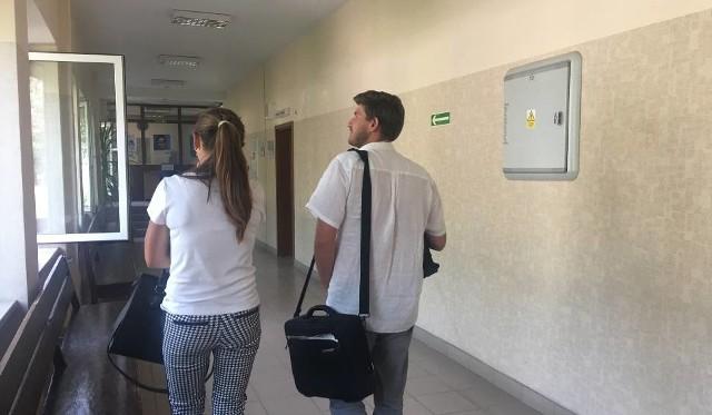 Karolina S. i jej pełnomocnik na sądowym korytarzu