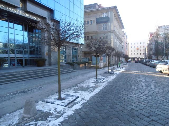 Zimą kraty odsalające można było zobaczyć w Opolu m.in. na ul. Damrota.