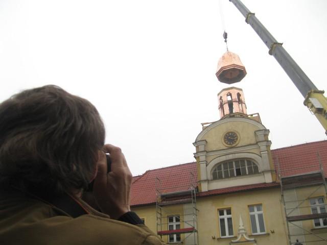 Wielu przechodniów zatrzymywało się i robiło zdjęcia podczas montażu wieżyczki.
