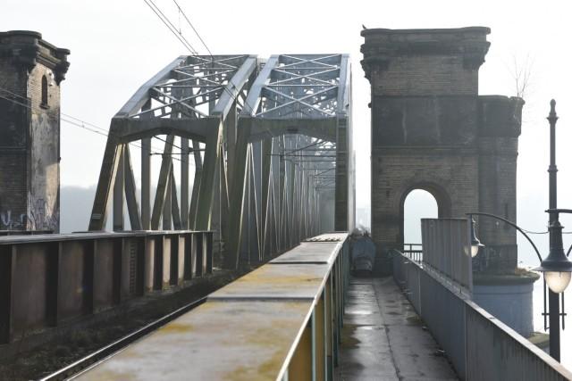 Ścieżka rowerowa i chodnik dla pieszych - taki trakt powstać ma na moście kolejowym, na odcinku od dworca Toruń Miasto do ul. Dybowskiej