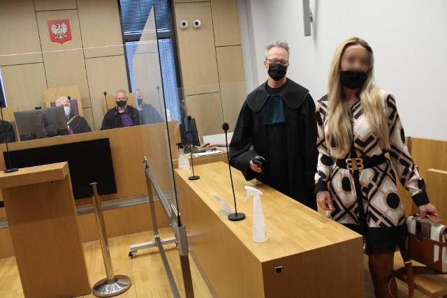 Oskarżona Sylwia P. wychodzi z rozprawy przed Sądem Apelacyjnym w Krakowie jako osoba oczyszczona z zarzutów