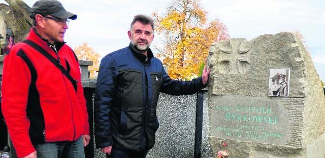 Pierwszy odnowiony za pieniądze z kwesty zaduszkowej obelisk Leopolda Byrkowskiego prezentuje Leszek Gadawski (z prawej), prezes Towarzystwa Miłośników Buska-Zdroju; razem z Maciejem Dutkiewiczem, administratorem cmentarza