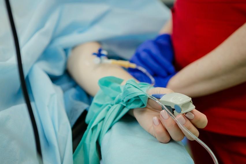 Lek na koronawirusa pozyskiwany jest z osocza krwi osób, które przebyły zakażenie, poprzez jego odpowiednie oczyszczenie