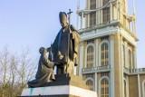 Pedofilia w Kościele: Pomnik księdza Eugeniusza Makulskiego zniknął z Lichenia. Wcześniej został zasłonięty
