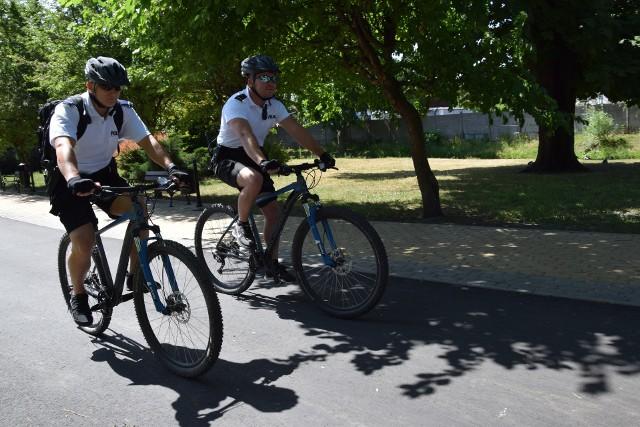 St. post. Paweł Zaremba ( z lewej) i st. post. Patryk Wyłupski na rowerach czuwają nad bezpieczeństwem mieszkańców. To policjanci prewencji i jednocześnie Patrol Roku 2017.