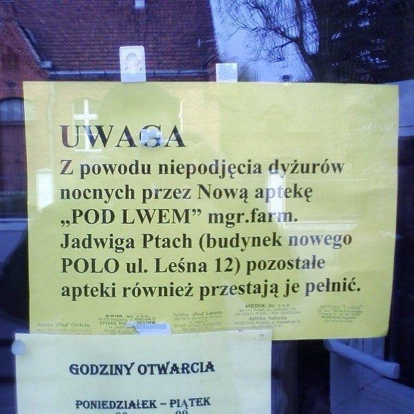 Takie wywieszki pojawiły się kilka dni temu we wszystkich -  poza jedną - aptekach w Solcu Kujawskim. Mieszkańcy są  zgorszeni wojną aptekarzy. W nagłych przypadkach po  lekarstwa - wieczorem i w nocy - muszą jeździć do  Bydgoszczy.
