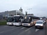 Protest przewoźników autokarowych w Łodzi! Kilka autokarów wyjechało na ulice miasta. Policja blokowała protest. ZDJĘCIA