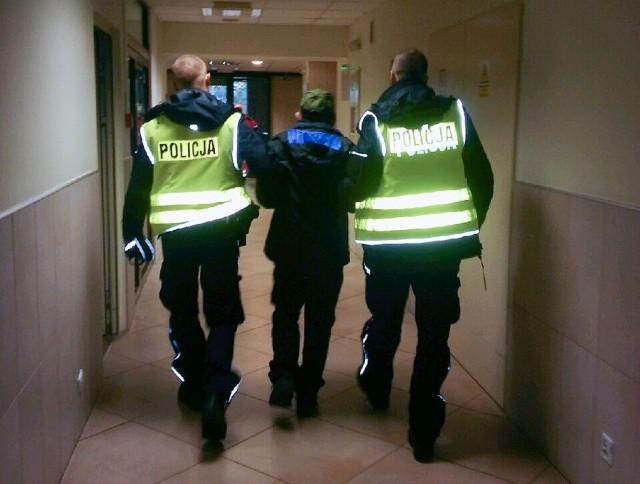Gorzowscy policjanci poszukiwali 58-latka, który chciał popełnić samobójstwo. Informacja o jego zamiarach dotarła ze Szczecina. Mężczyzna został chwycony przez policjanta, kiedy był już o krok od skoku do Warty.Do jednostki policji w Szczecinie zatelefonował mężczyzna, który przekazał, że jego kolega chce popełnić samobójstwo. Policjanci ustalili, że może on być w Gorzowie Wlkp. W nocy z poniedziałku na wtorek (10/11 października) ruszyły poszukiwania. Do służby wezwano kilkudziesięciu policjantów służb kryminalnych, sztabu, dzielnicowych i ruchu drogowego.Poszukiwania utrudniał brak aktualnego zdjęcia i opisu odzieży, którą miał na sobie. Rano funkcjonariusze ustalili, że mężczyzna był prawdopodobnie na gorzowskim Zawarciu. Pojawiła się również informacja, że mógł wejść do rzeki Warty, dlatego wezwano strażaków, którzy z łodzi sprawdzali nabrzeże. W tym samym czasie policjanci kryminalni i dzielnicowi rozmawiali z mieszkańcami osiedla. Niektórzy potwierdzali, ze poszukiwana osoba była na gorzowskim Zawarciu.Około godz. 14 funkcjonariusze szybko ruszyli w okolice Mostu Staromiejskiego. Policjanci dostali informację, że jest tam mężczyzna, który chce skoczyć do rzeki. Funkcjonariusz gorzowskiego sztabu dostrzegł poszukiwanego 58-latka na Bulwarze Wschodnim i zaczął biec w jego stronę. Mężczyzna w pewnym momencie znalazł się o krok od rzeki. Prawdopodobnie chciał skoczyć, ale w ostatnim momencie został chwycony przez policjanta.58-latek został przewieziony do gorzowskiego szpitala. Po udzieleniu niezbędnej pomocy trafił na konsultację psychiatryczną, po której został pod opieką lekarzy.