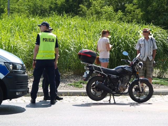60-letni  mieszkaniec pow. pułtuskiego, kierujący samochodem osobowym z przyczepką, na rondzie zajechał drogę motocykliście