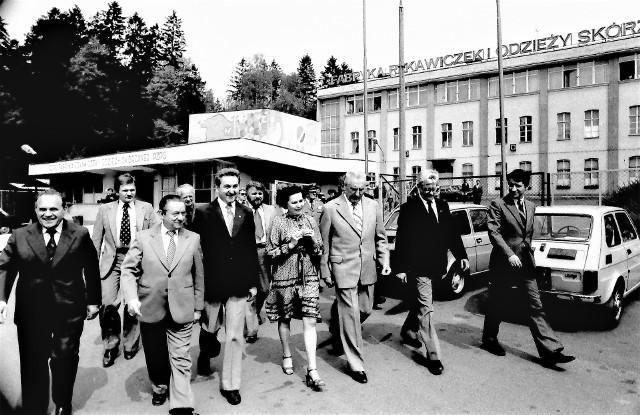 Gierek i Babiuch 1980: I sekretarz KC PZPR Edward Gierek wraz z premierem Edwardem Babiuchem w towarzystwie I sekretarza KW PZPR Zbigniewa Głowackiego i wojewody słupskiego Jana Stępnia przed Fabryką Rękawiczek i Odzieży Skórzanej w Miastku