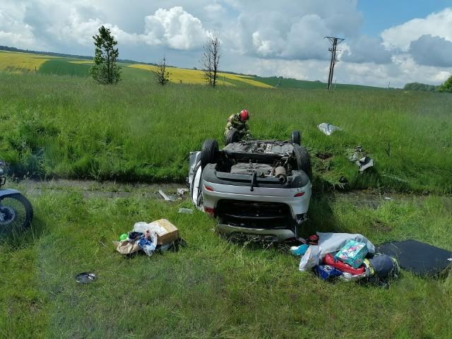 Wypadek na autostradzie A4. Dachowanie auta. Ranne cztery osoby, w tym dwoje dzieci