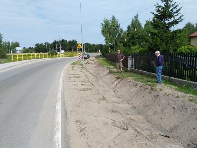 Mieszkańcy ulicy Wspólnej w Augustowie interweniują w sprawie odpływu wody przy budowie drogi powiatowej.