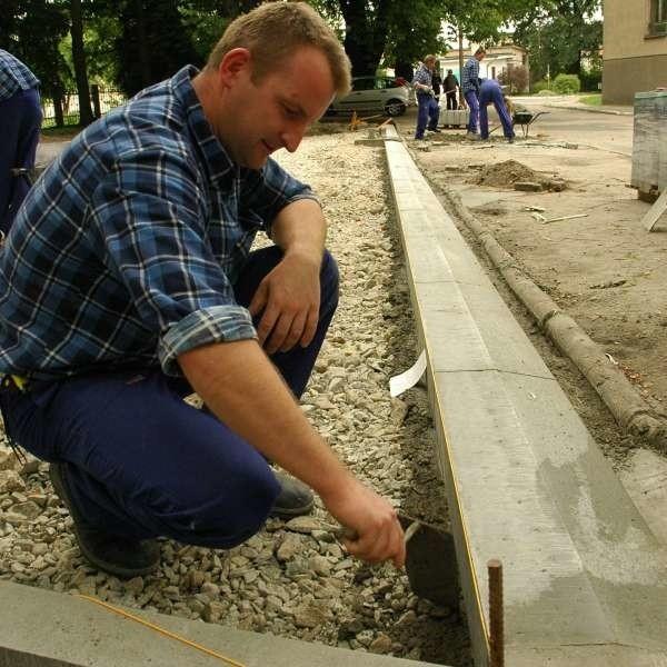 Piotr Śnigórski z Brzegu prosto z tego kursu może trafić do pracy w firmie brukarskiej, bo dziś brakuje fachowców z papierami.