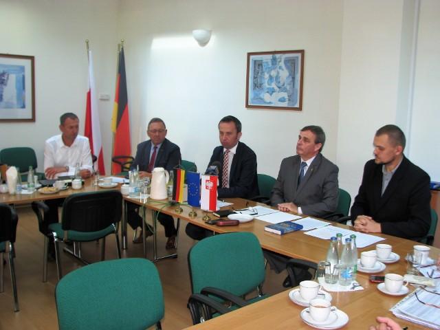 Akcję zbierania podpisów oficjalnie rozpoczęto w poniedziałek w siedzibie VdG. na zdjęciu od lewej: Norbert Rasch, poseł Ryszard Galla, Rafał Bartek, Bernard Gaida i Łukasz Malkusz.
