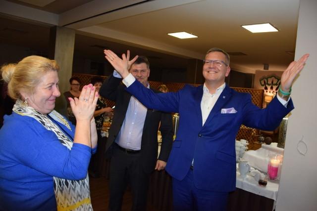 Kandydaci na burmistrza Żnina: Aleksandra Nowakowska i Robert Luchowski w swoich sztabach wyborczych 4 listopada 2018 oraz podczas radiowej debaty przez II turą