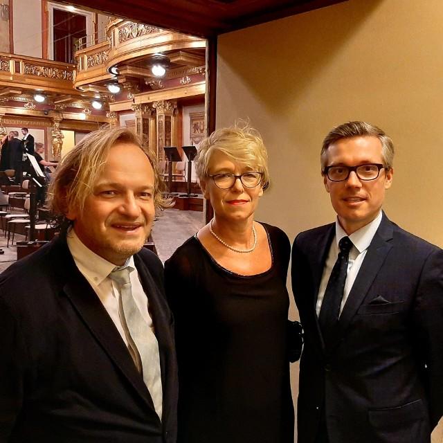 Beata Płoska wraz z dyrygentem Michałem Maciaszczykiem i Rafałem Sobczakiem, dyrektorem Instytutu Polskiego w Wiedniu, po koncercie w Musikverein we wrześniu 2019 roku
