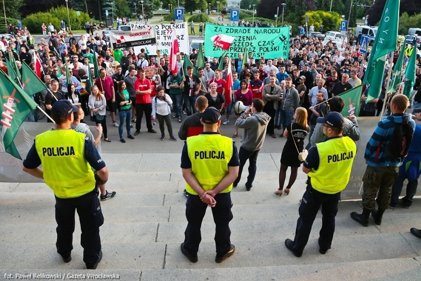 Nielegalny protest pod urzędem wojewódzkim. Policja spisała organizatorów (ZDJĘCIA)