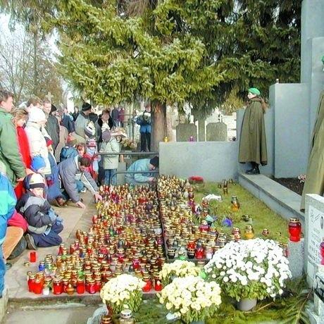 Już od paru pokoleń suwalczanie tradycyjnie zapalają znicze na grobach powstańców sejneńskich.