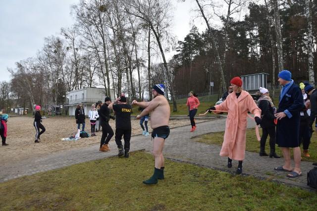 W samo południe nad jeziorem Lipie było wielkie morsowanie dla WOŚP. To grupa ze Starego Kurowa tak postanowiła zagrać dla Orkiestry. Wolontariusze zbierali do puszek, a odważni wskoczyli do lodowatej wody. W tym samym czasie w Starym Kurowie ruszyła wioska strażacka na boisku szkolnym, odbywają się pokazy sprzętu ratowniczo-gaśniczego. Później zaplanowano strzelnicę i minipoligon dla dzieci, pokaz sprzętu militarnego. Od 15.30 w sali Szkoły Podstawowej w Starym Kurowie rozpoczną się licytacje, występy artystyczne, atrakcje dla dzieci (malowanie twarzy, warkoczyki, balony, wata cukrowa, itp.).