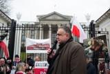 """Warszawa: """"Obrońmy naszą suwerenność"""" - manifestacja zwolenników reformy wymiaru sprawiedliwości przed Trybunałem Konstytucyjnym"""