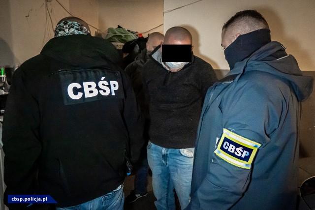 Rozbicie zorganizowanej grupy przestępczej, której członkowie są podejrzani o przemyt, przetwarzanie i rozprowadzanie narkotyków na terenie woj. małopolskiego i podkarpackiego, to efekt działań CBŚP i Prokuratury Okręgowej w Krakowie. W śledztwie występuje 9 podejrzanych o udział w zorganizowanej grupie. Podczas działań policjanci przejęli broń, tabletkarkę i narkotyki, w tym 3-CMC bardzo silny narkotyk syntetyczny.