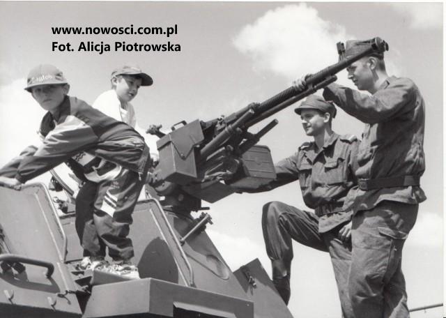 6 Toruńska Brygada Artylerii Armat nazywana była dumą polskiej artylerii. Stacjonowała w koszarach na Rudaku. Zniknęła w dość przykrych okolicznościach. W naszym archiwum znaleźliśmy zdjęcia ze święta brygady w czerwcu 1998 roku. Może ktoś z naszych Czytelników się na nich rozpozna? Na końcu galerii jest kilka bardziej współczesnych zdjęć, niestety bardziej zrujnowanych koszar na Rudaku.WIĘCEJ ZDJĘĆ NA KOLEJNYCH STRONACH >>>>>Polecamy: Tormięs. Od PRL-u do dzisiaj. Zobaczcie zdjęcia!