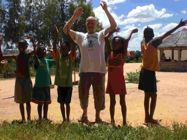 Ojciec Darek Marut otoczony dziećmi z Madagaskaru