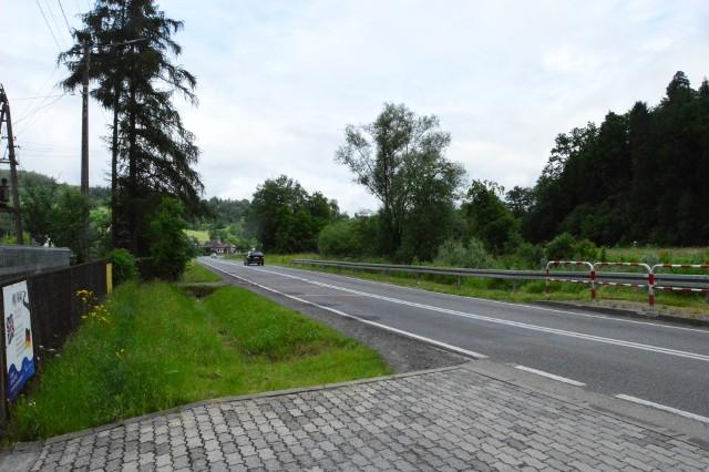 Chodnik przy drodze wojewódzkiej nr 964 w Czasławiu (na odcinku od szkoły w kierunku Dobczyc) miał powstać w 2020 roku