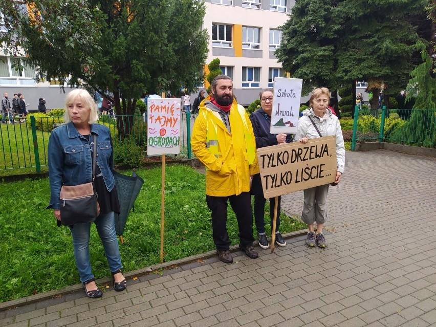 Protest mieszkańców Baranówki przeciwko wycince drzew przed szkołą odbył się 1 września.
