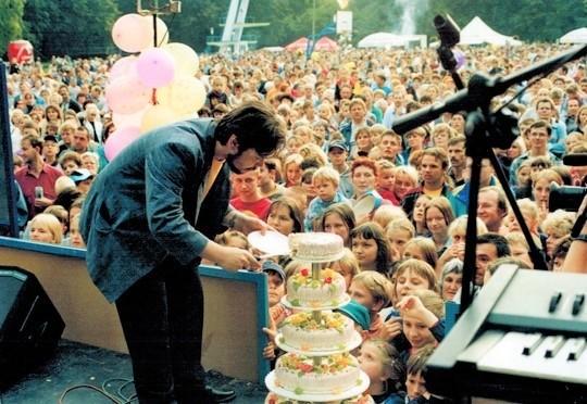 """Tak było na pierwszych urodzinach Radia """"i"""" na stadionie przy ul. Orłowskiej w Inowrocławiu. Impreza odbyła się w 1994 roku. Radio """"i"""", gdyby istniało, obchodziłoby w br. 28. urodziny"""