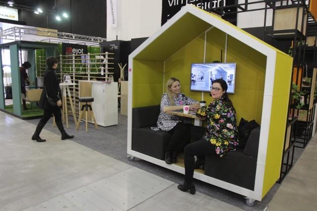Jeśli firmy zajmujące się wyposażeniem wnętrz, architektoniczne albo designerskie, nie potrafią zaprojektować swojego stoiska tak, by świetnie eksponowało produkty i przyciągały wzrok, to marny ich los. Zobaczcie najlepsze stoiska na 4 Design Days w Katowicach.