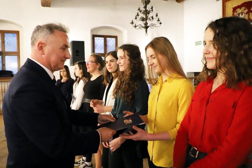 W poniedziałek w brzeskim ratuszu odbyła się uroczysta gala wręczenia nagród burmistrza za osiągnięcia sportowe dla zawodników, trenerów oraz działaczy za 2018 rok.