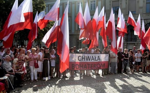 70. rocznica Powstania WarszawskiegoOkoło 200 osób przyszło w piątek na plac Orła Białego, by wśród 70 ogromnych biało-czerwonych flag uczcić 70. rocznicę wybuchu Powstania Warszawskiego.