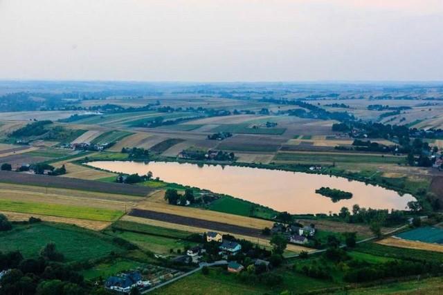 Wielki, 17-hektarowy staw w Januszowicach służy wędkarzom, ale wkrótce będzie także miejscem rekreacji i wypoczynku