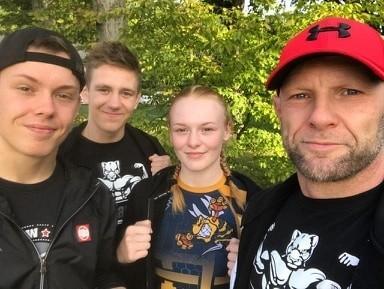 Od lewej: Jakub Drozdowski (zawodnik ASW Black Panther, w Sochaczewie doradzał w narożniku), Stanisław Knopik, Daria Brzozowska, Krzysztof Brzozowski