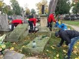 Członkowie PTTK sprzątali groby zasłużonych łowiczan [ZDJĘCIA]