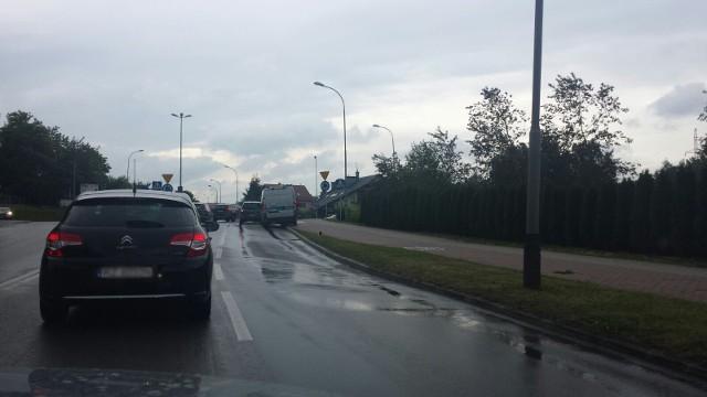 Na ul. Wiktora, w rejonie przejścia dla pieszych i przejazdu rowerowego doszło do potrącenia rowerzysty. Jeden pas ruchu od strony marketu Bi1 jest zablokowany. W kierunku ronda Pileckiego tworzą się korki.