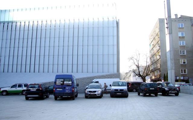 W środę nowy pl. Teatralny wyglądał jak parking. - Plac nie był nigdy przewidziany na parking - zapewnia jego projektant.