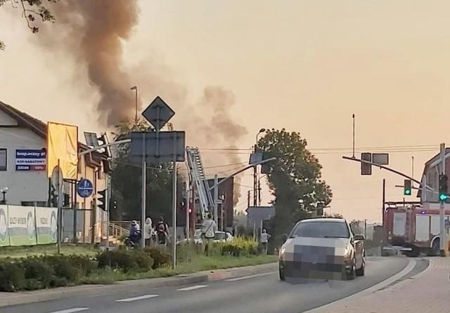 Dym z płonącego budynku w Rydułtowach można było dostrzec z odległości kilkuset metrów.Zobacz kolejne zdjęcia. Przesuwaj zdjęcia w prawo - naciśnij strzałkę lub przycisk NASTĘPNE