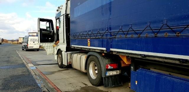 Ta rumuńska ciężarówka miała zamontowany nielegalny magnes, który fałszował rejestrację danych związanych z czasem pracy kierowcy.