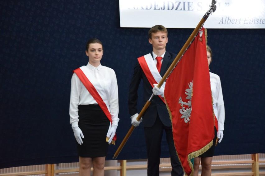 Białystok. Uczniowie kończą niełatwy rok szkolny. Pierwsze świadectwa zostały rozdane (zdjęcia)
