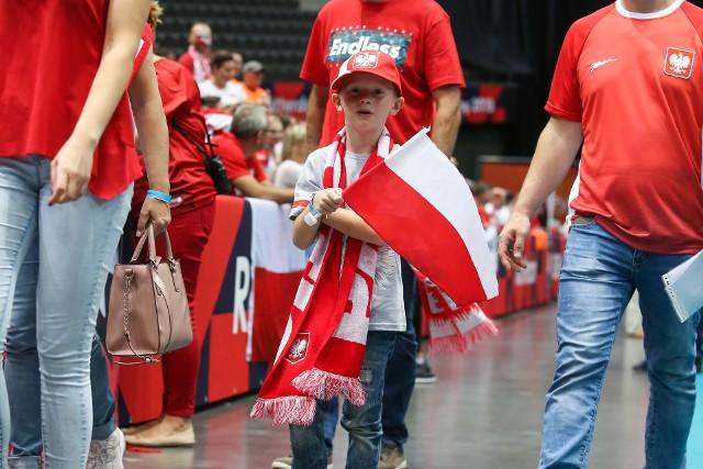 Reprezentacja Polski rozpoczęła siatkarskie mistrzostwa Europy od zwycięstwa nad Estonią. Biało-Czerwoni przekonują, że dopiero się rozpędzają, ale od pierwszy meczu mogą liczyć na wsparcie polskich kibiców. Zobacz, jak fani znad Wisły bawili się w hali Ahoy w Rotterdamie.
