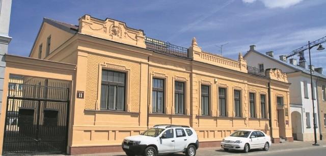 W miejscu zajmowanym przez pałacyk Aronsonów przy ul. Warszawskiej 11 na początku XIX w. stał  murowany dom zbudowany przez pruskiego urzędnika Teodora Hausleitera