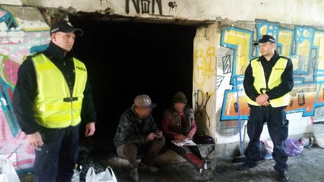 Nowosolscy policjanci podczas patrolowania pustostanów uratowali życie dwóch osób.W piątek (21 października) dzielnicowi z Nowej Soli podczas wykonywania rutynowego patrolu monitorowali pustostany. Sprawdzali czy nie przebywają tam osoby potrzebujące pomocy. Funkcjonariusze weszli do jednego z pustostanów i zauważyli wydobywający się z pomieszczenia dym. Budynek jest doskonale znany naszym policjantom, ponieważ od dłuższego czasu zajmowany jest przez osoby bezdomne i niemal codziennie jest kontrolowany. Gdy zajrzeli do środka, okazało się że w zadymionym pomieszczeniu leży dwóch nieprzytomnych mężczyzn. Funkcjonariusze natychmiast wyciągnęli 45 i 60-latka na zewnątrz i wezwali pogotowie ratunkowe oraz straż pożarną. Jak się okazało bezdomni rozpalili ognisko, aby się rozgrzać. Podtruli się dymem i stracili przytomność. Szybko wezwany na miejsce zdarzenia zespół pogotowia ratunkowego zabrał mężczyzn do szpitala, a strażacy ugasili płomienie. Mundurowi po zlikwidowaniu zadymienia sprawdzili budynek, by się upewnić, że nie ma w nim jeszcze innych osób. Dzięki nowosolskim policjantom, sierż. Bartłomiejowi Stolarzowi i mł. asp. Ernestowi Pondlowi mężczyźni zostali odratowani i na szczęście nie odnieśli poważniejszych obrażeń. Następnego dnia bezdomni otrzymali od funkcjonariuszy niezbędne informacje, w jakiej placówce mogą przenocować w bezpiecznych warunkach. Zobacz też:  Policjant z Iłowej nie dopuścił do tragedii. Uratował siedmioosobową rodzinę